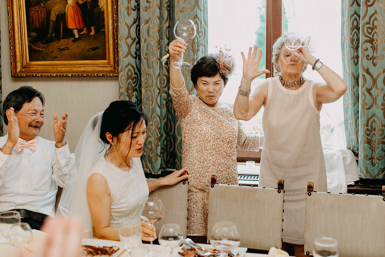 Kasteel Van Nieuwland bruidspaar avondfeest gasten toasten