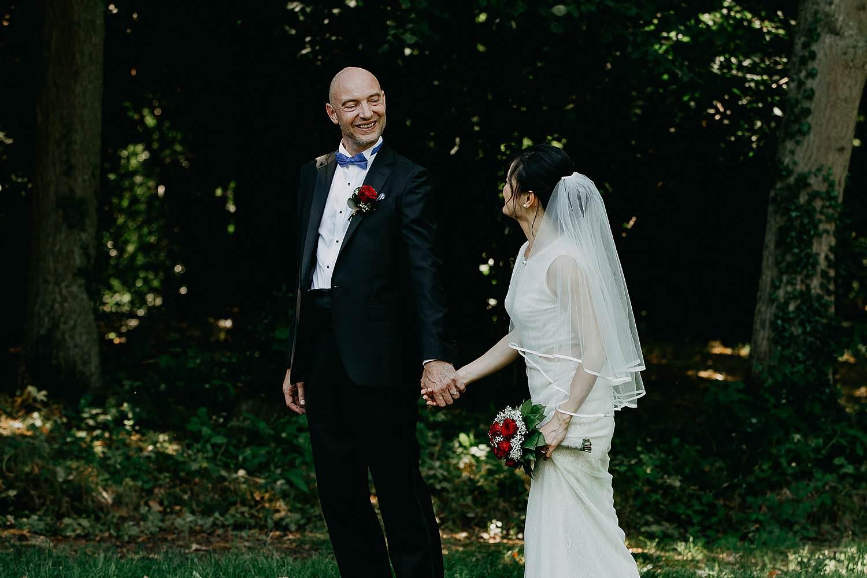 Kasteel Van Nieuwland bruidspaar wandelt