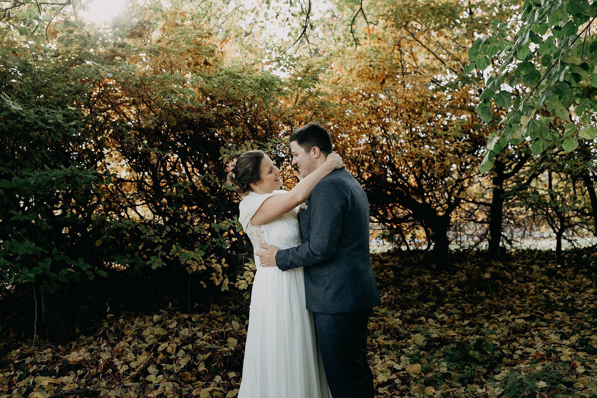 Kasteel van Oorbeek bruidspaar knuffel