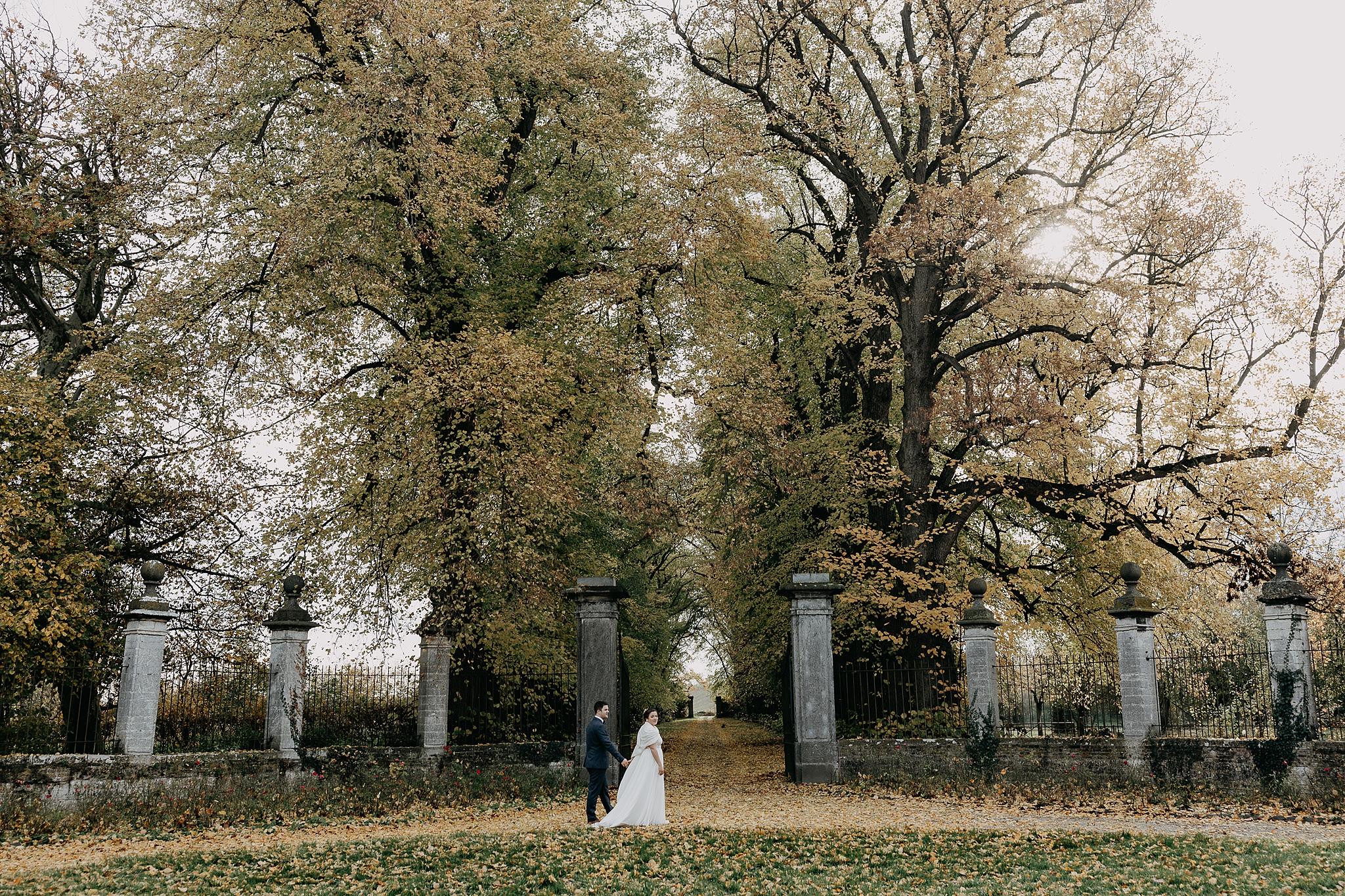 Kasteel van Oorbeek huwelijksreportage binnenplein bruidspaar