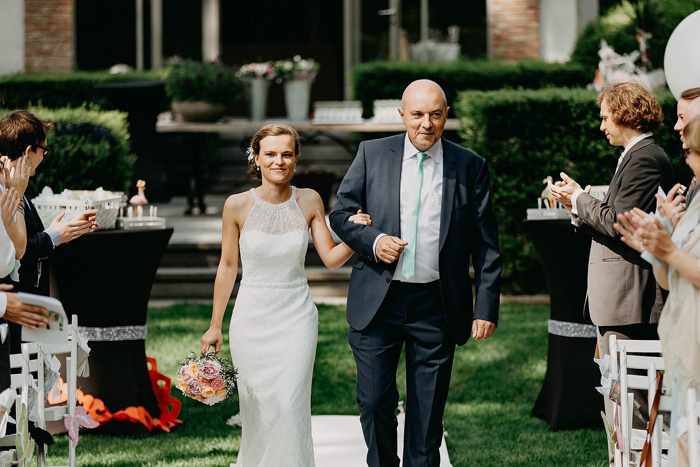 Keienhof buitenceremonie huwelijk intrede bruid en vader