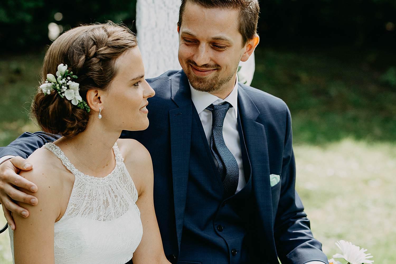Keienhof grote buitenceremonie bruidspaar geniet