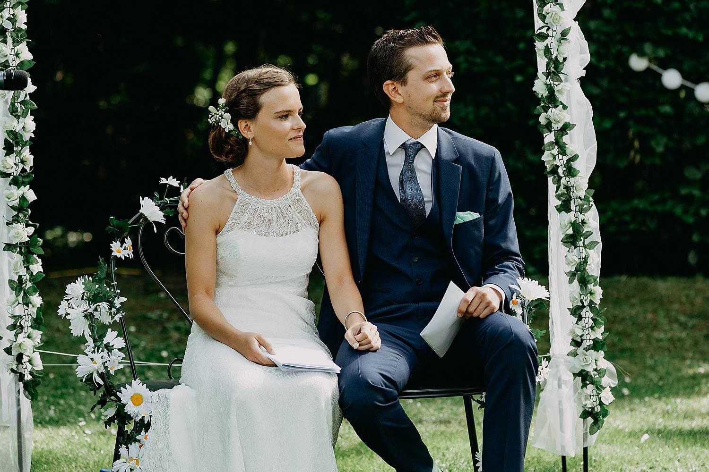 Keienhof grote buitenceremonie bruidspaar op stoel