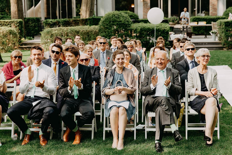 Keienhof grote buitenceremonie familie geeft applaus