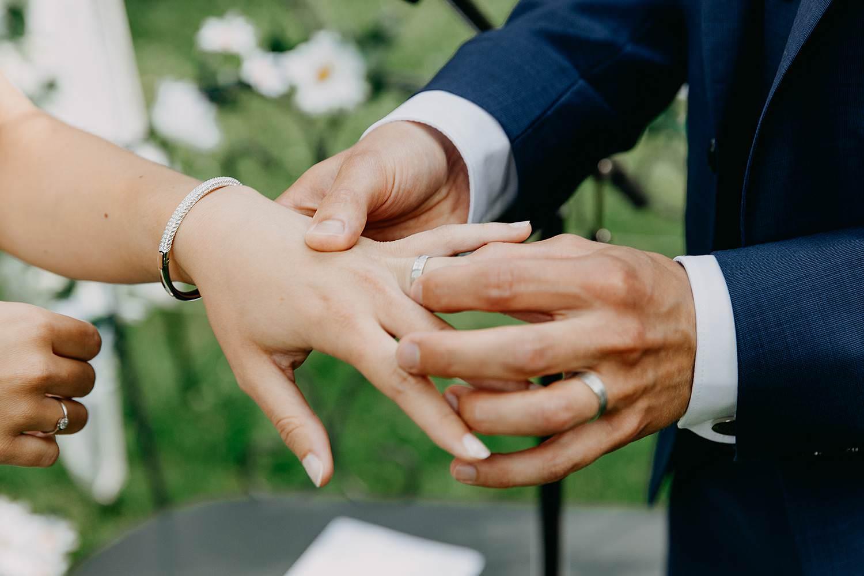 Keienhof grote buitenceremonie uitwisselen huwelijksringen