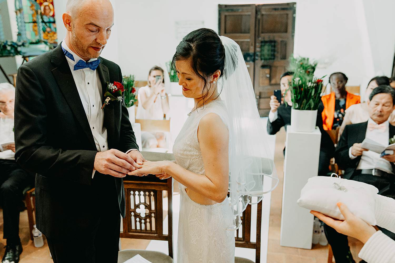 Kerk huwelijk uitwisselen huwelijksringen