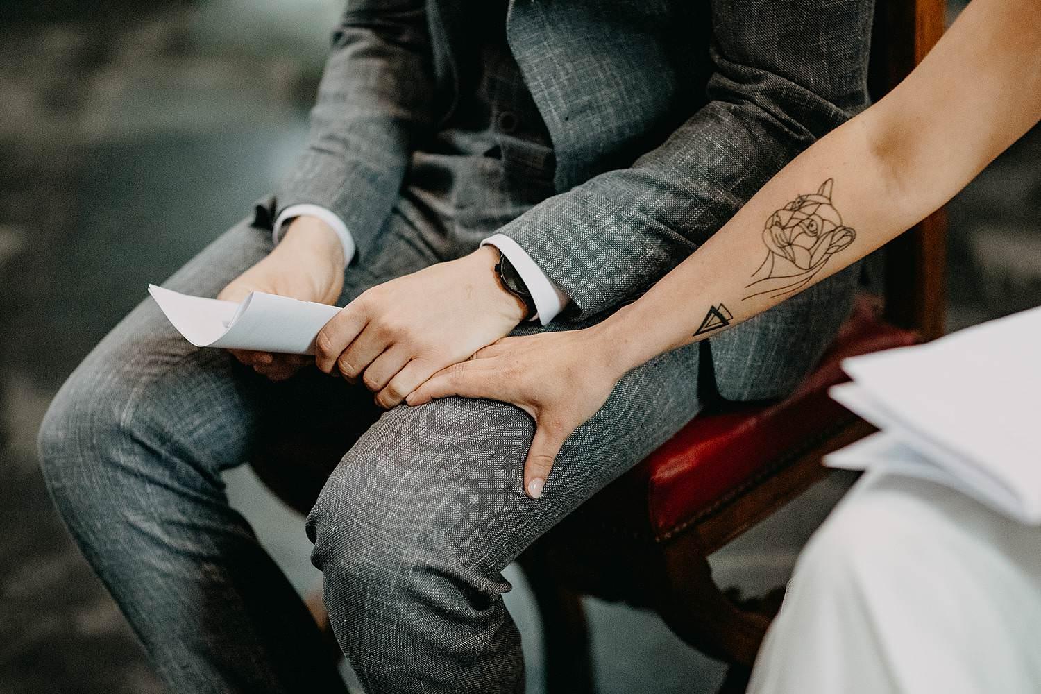 Kerk Liederkerke details handen bruidspaar