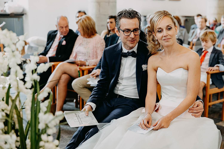 Kerk Millegem huwelijk bruidspaar op zitbank