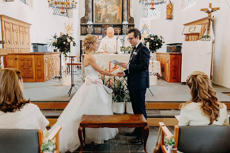 Kerk Millegem huwelijk bruidspaar voor altaar