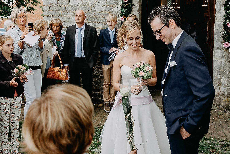 Kerk Millegem huwelijk bruidspaar voor kerk