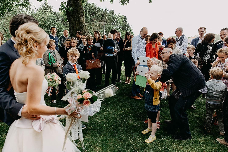 Kerk Millegem huwelijk uittrede bruidskinderen maken foto's