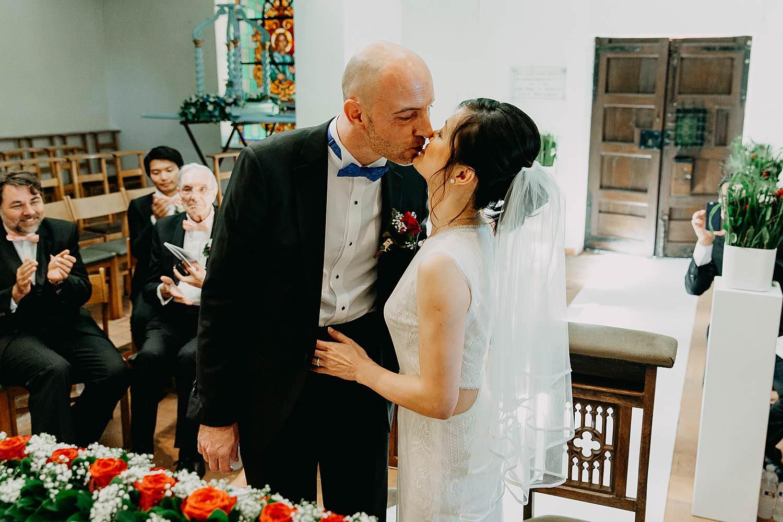 Kerkelijk huwelijk bruidspaar kust