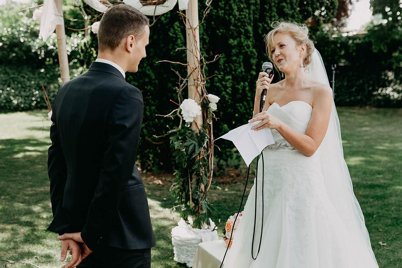 Kiezelhuys buitenceremonie bruidspaar ja-woord