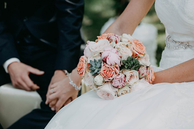 Kiezelhuys buitenceremonie huwelijk details handen bruidspaar