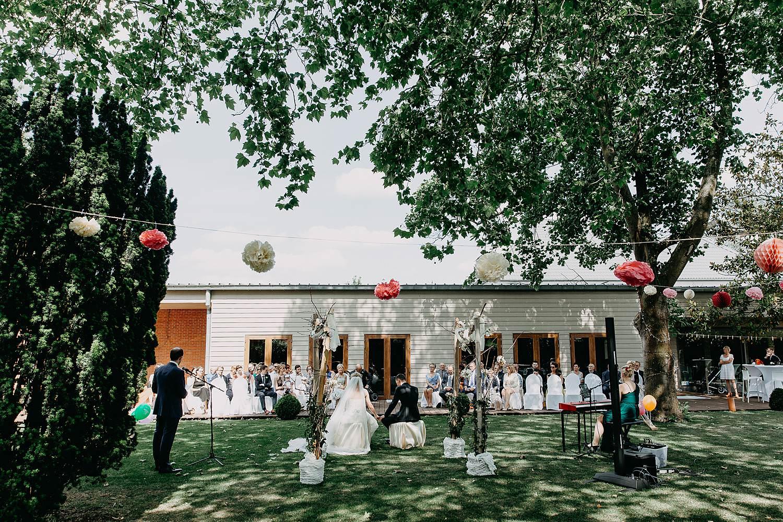Kiezelhuys buitenceremonie huwelijk in tuin feestzaal
