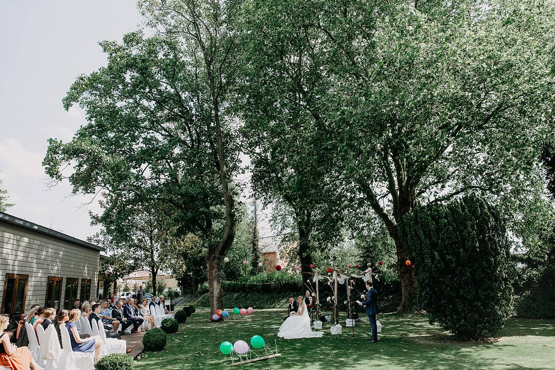 Kiezelhuys buitenceremonie huwelijk in tuin