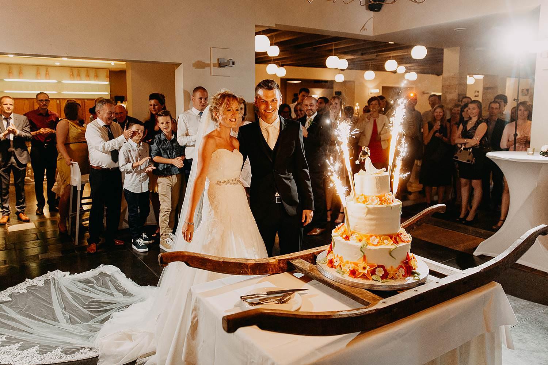 Kiezelhuys huwelijk aansnijden bruidstaart