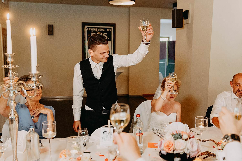 Kiezelhuys huwelijk avondfeest bruidspaar toast