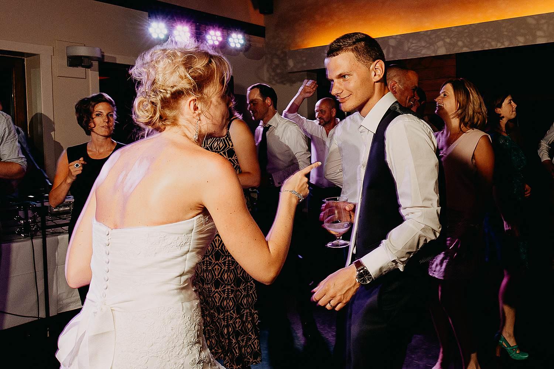 Kiezelhuys huwelijk bruidspaar danst