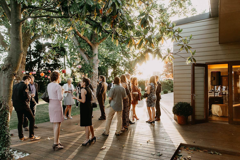 Kiezelhuys huwelijk buitenreceptie gasten op balkon