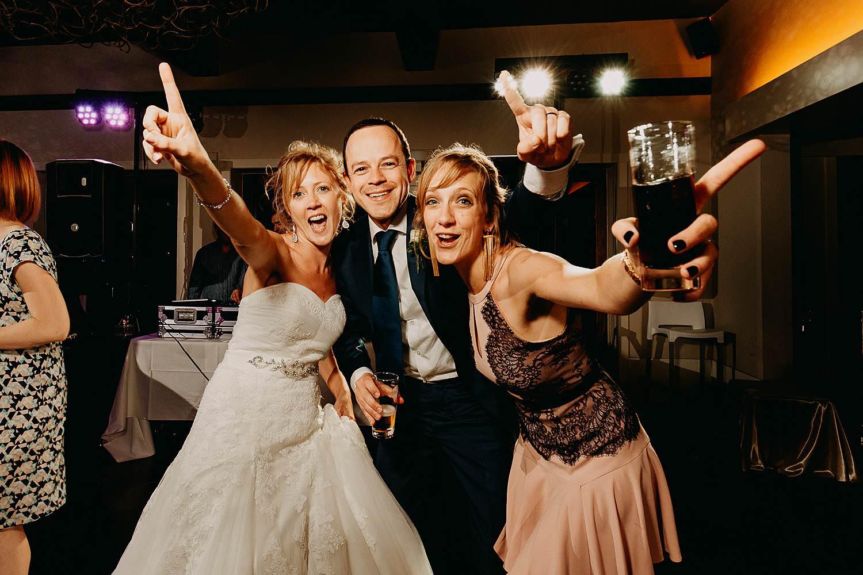 Kiezelhuys huwelijk dansfeest bruid danst met vriendinnen