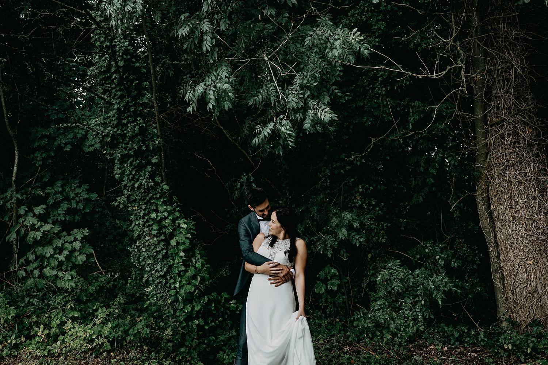 knuffel bruidspaar bos Kasteel Nieuwenhoven