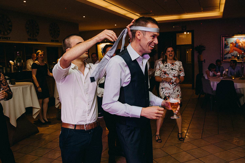 Krekelhof bruidegom dansvloer stropdas rond hoofd