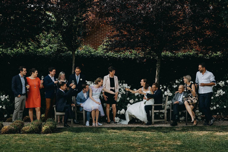 Krekelhof feestzaal groepsfoto huwelijk in tuin