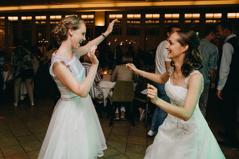 Krekelhof huwelijk bruid danst met vriendin