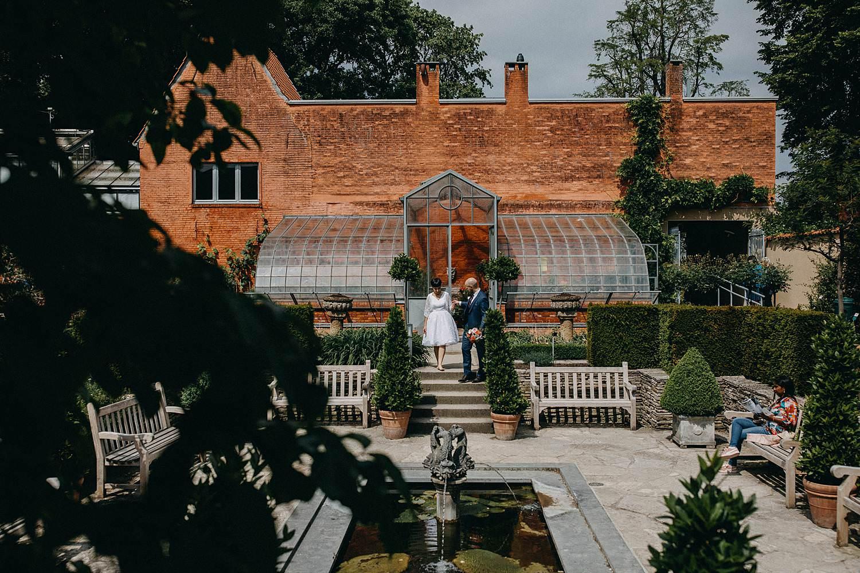 Kruidtuin Leuven bruidspaar in park met vijver