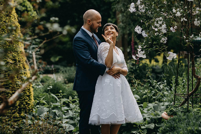 Kruidtuin Leuven bruidspaar in tuin