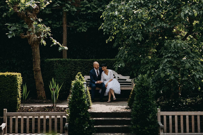 Kruidtuin Leuven bruidspaar voor vijver