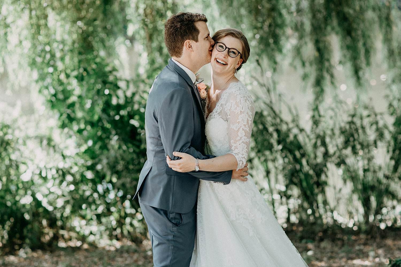 Liedermeerspark bruidspaar onder treurwilg