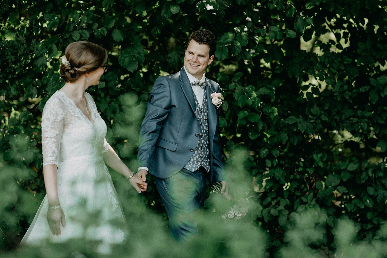 Liedermeerspark huwelijksreportage bruidspaar wandelt
