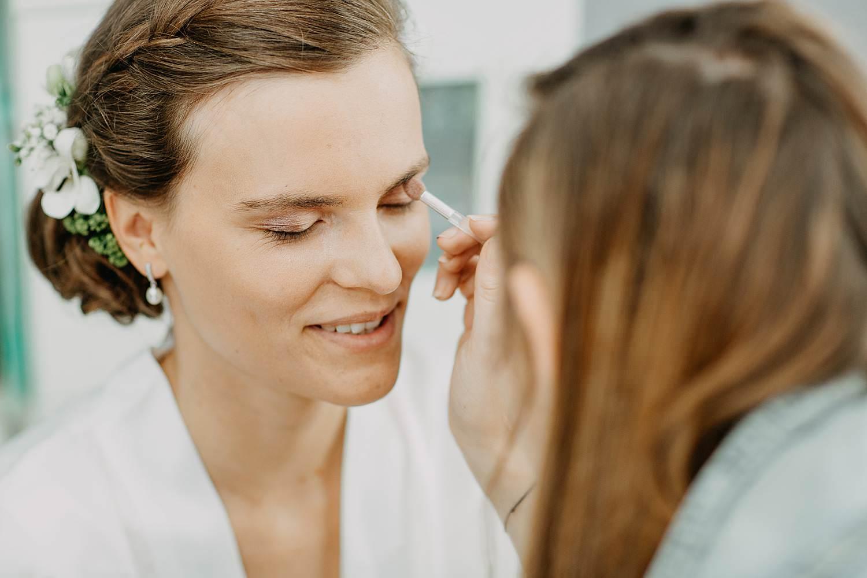 Make-up artiest schminkt bruid