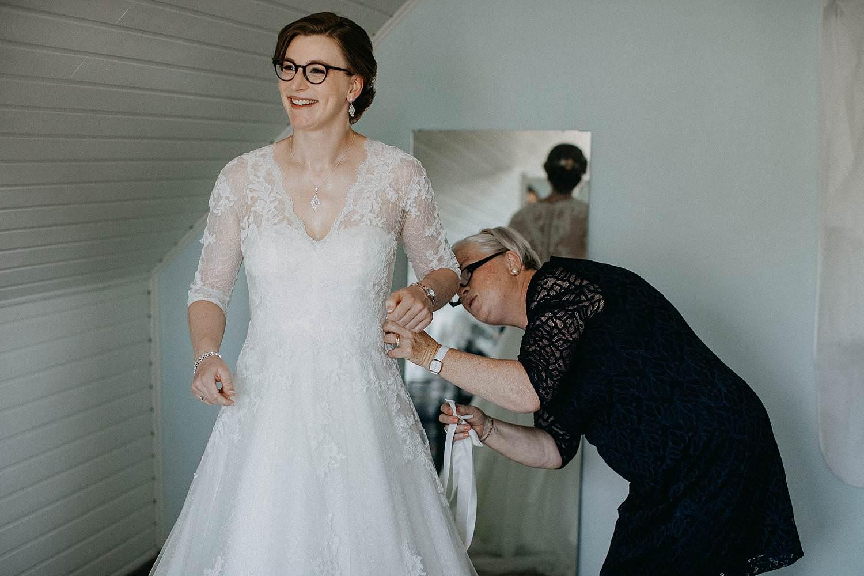 Merelbeke voorbereiding aankleden bruid