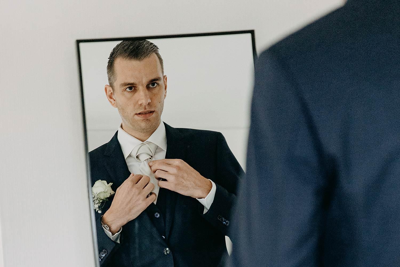 Molenstede aankleden bruidegom huwelijk