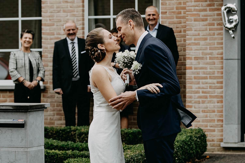 Molenstede huwelijk first look in tuin bruidspaar kust