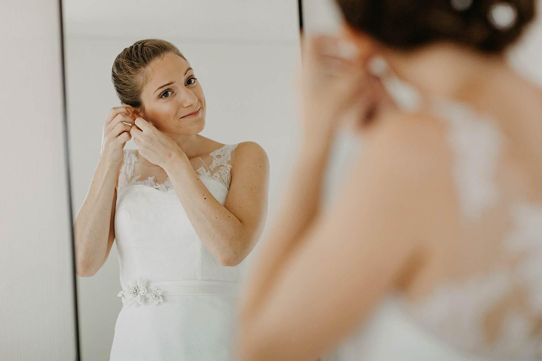 Molenstede voorbereiding huwelijk aanbrengen oorbellen bruid