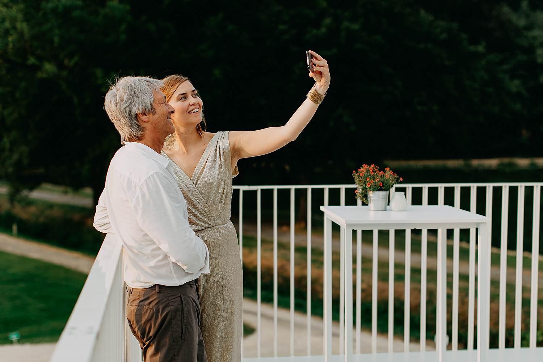 muzikanten nemen selfie op huwelijk