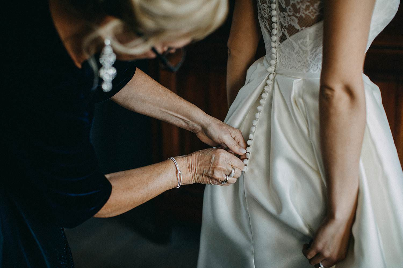 Oelegem huwelijk aankleden bruid