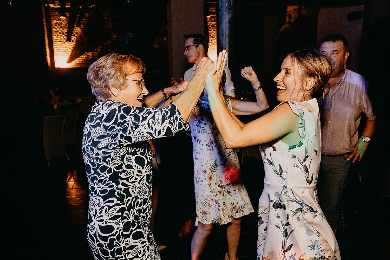 oma en vriendin dansen huwelijk