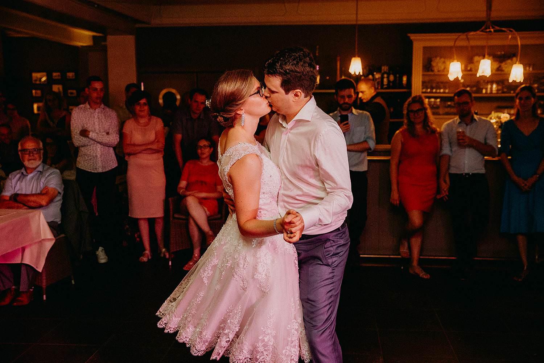 Openingsdans bruidspaar geeft kus dansvloer