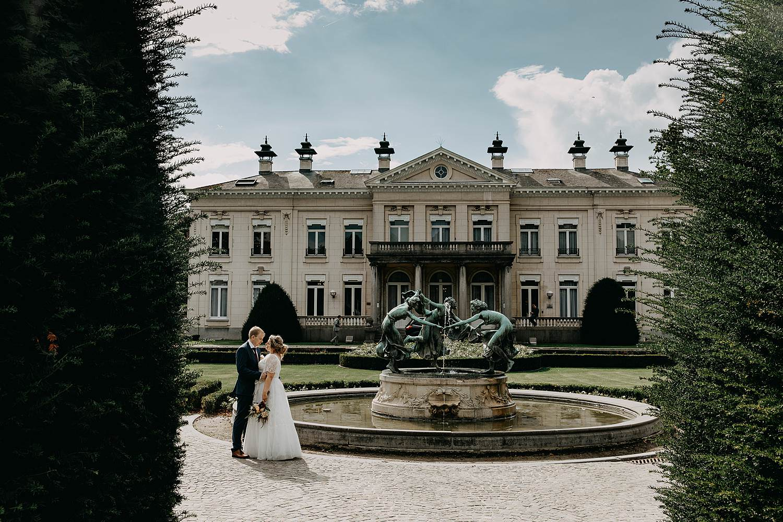 Park den Brandt bruidspaar in kasteeltuin