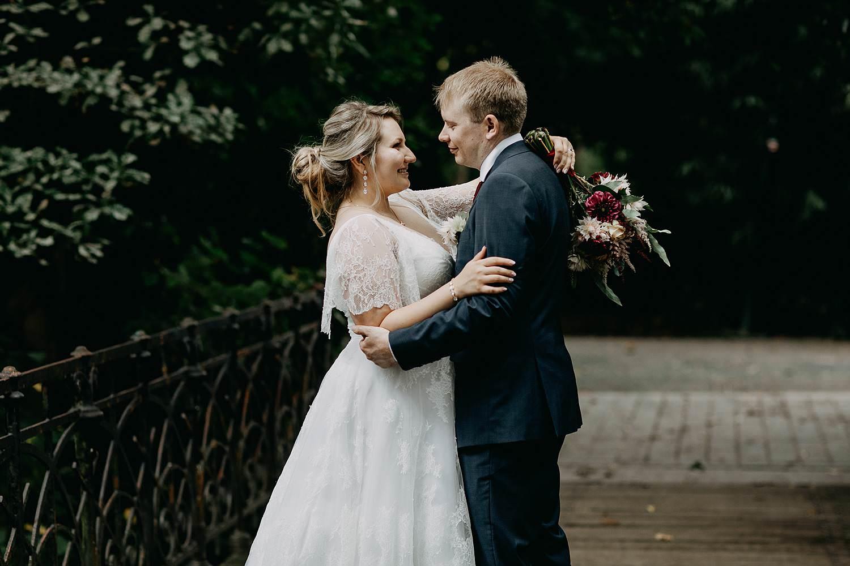 Park den Brandt bruidspaar in tuin