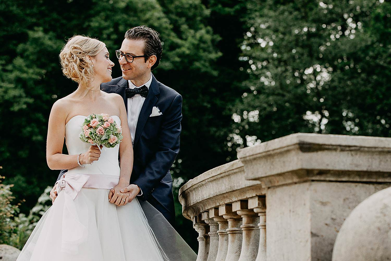 Park Den Brandt bruidspaar op balkon kasteel