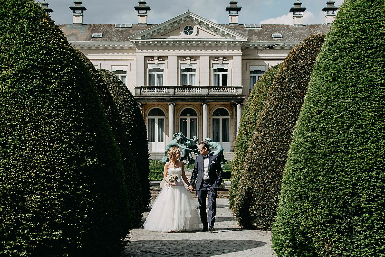 Park Den Brandt bruidspaar wandelt in park