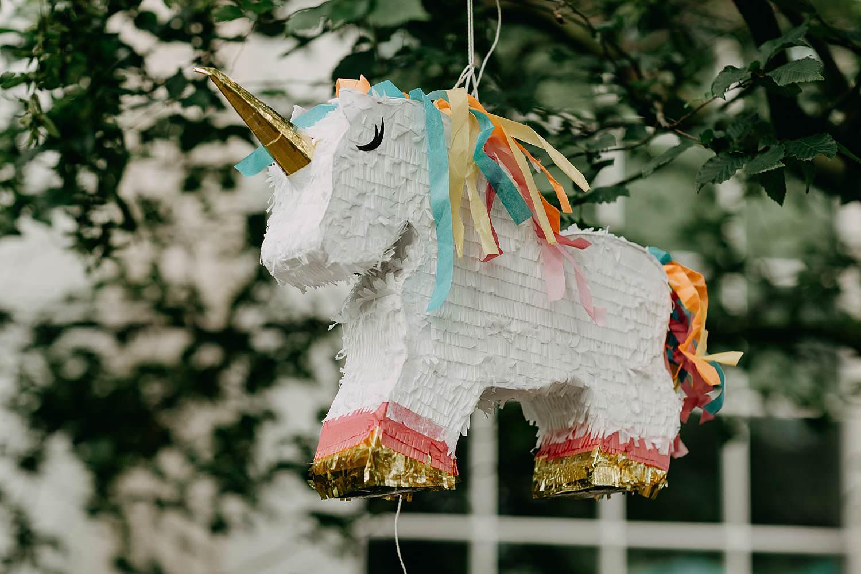 Pinate paard onder boom huwelijk