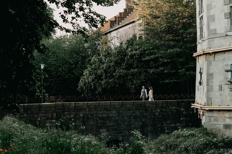 bruidspaar bruidspaar op brug kasteel