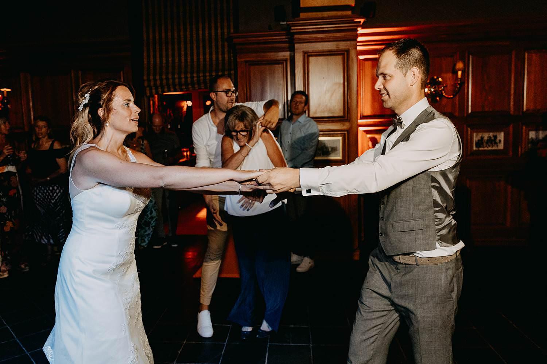 Poortgebouw oud-Rekem bruidspaar danst